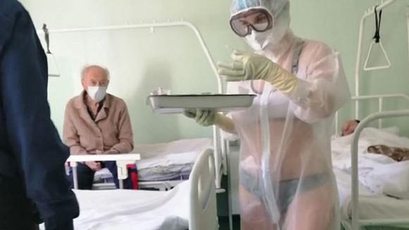 nữ y tá mặc đồ lót